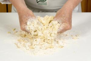 Ecraser entre les mains de façon à obtenir un gros sable (gros grains)
