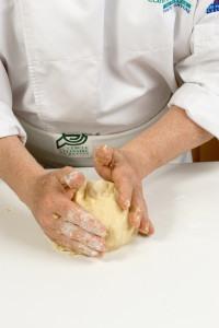 Façonner la pâte en boule, envelopper d'un papier film et mettre au frais à reposer pendant environ une heure