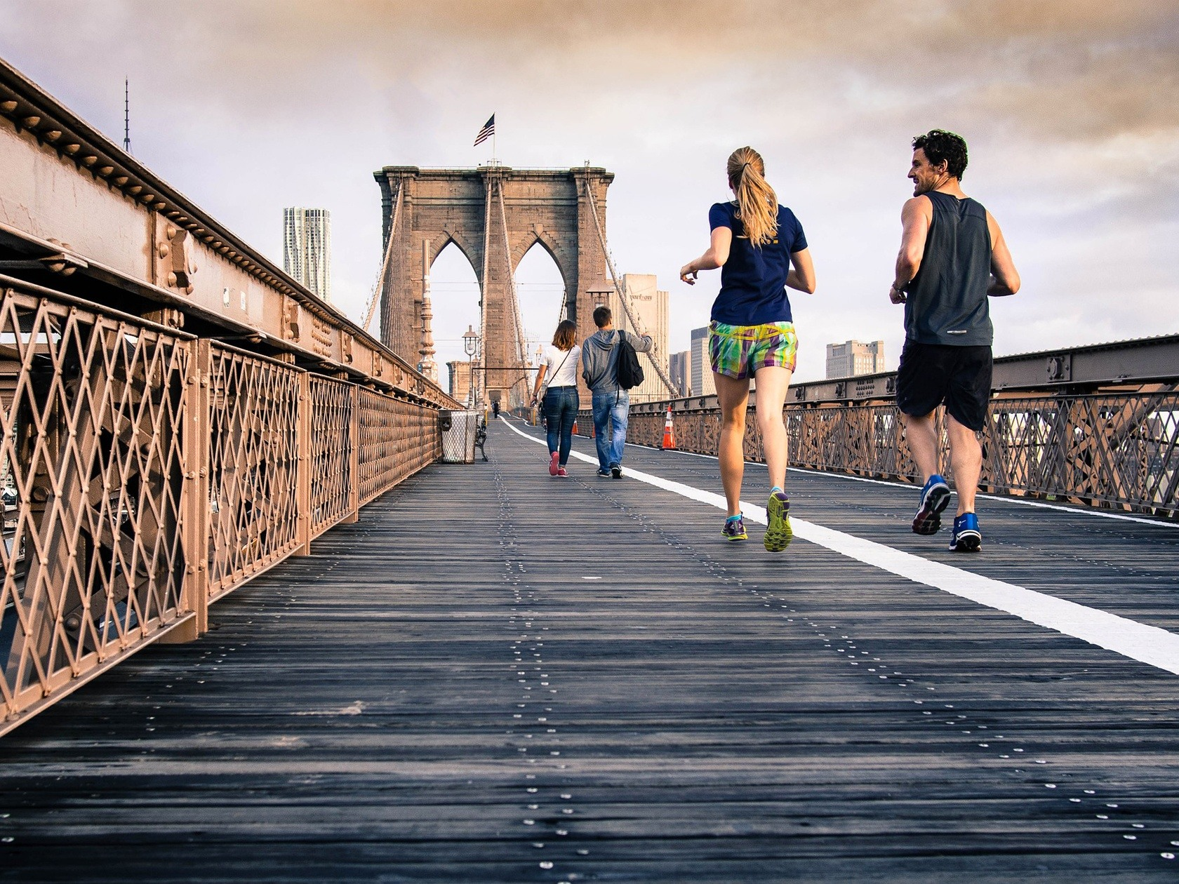 Coureurs pratiquant le running sur le pont de Brooklyn