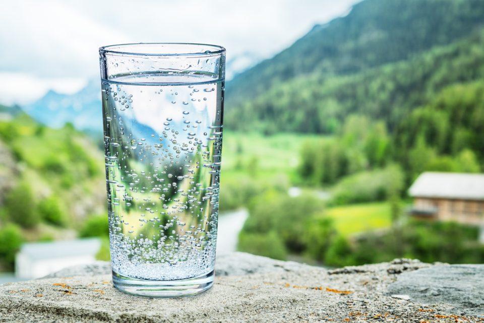 Verre d'eau, fond de montagne