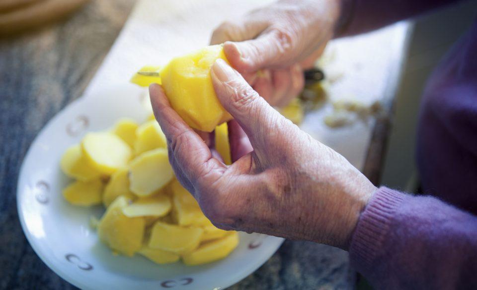Eplucher des légumes à la retraite
