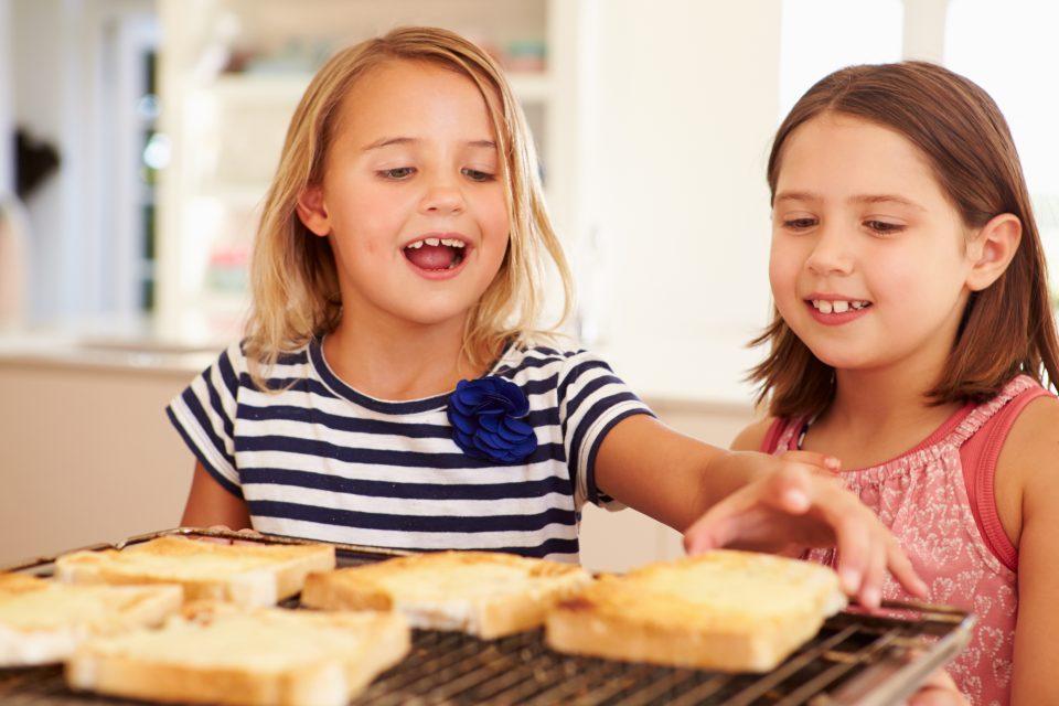 Toasts fromage grillé consommé par des enfants