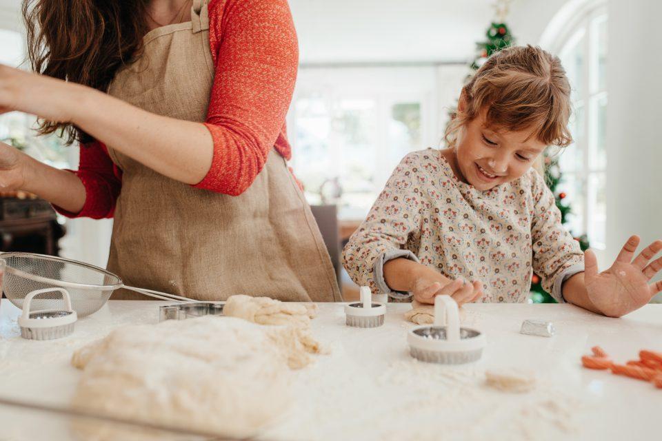 Mère et fille préparant des cookies