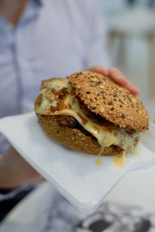 MEALK : Le burger à la raclette et aux légumes confits